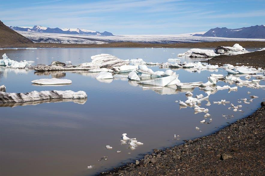 Fjallsárlón za dnia, z kilkoma odłamkami lodu.