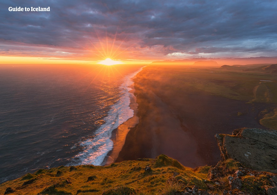 八月在冰岛旅行,可以登上迪霍拉里海岬的顶峰鸟瞰黑沙滩风光
