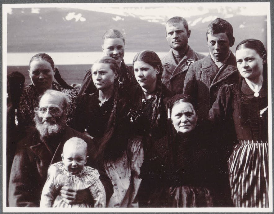 An Icelandic family in 1900; although all related, they do not carry a single common name.