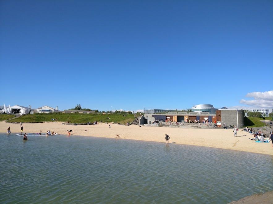 人工的に作られたノイトホゥルスヴィークのビーチ