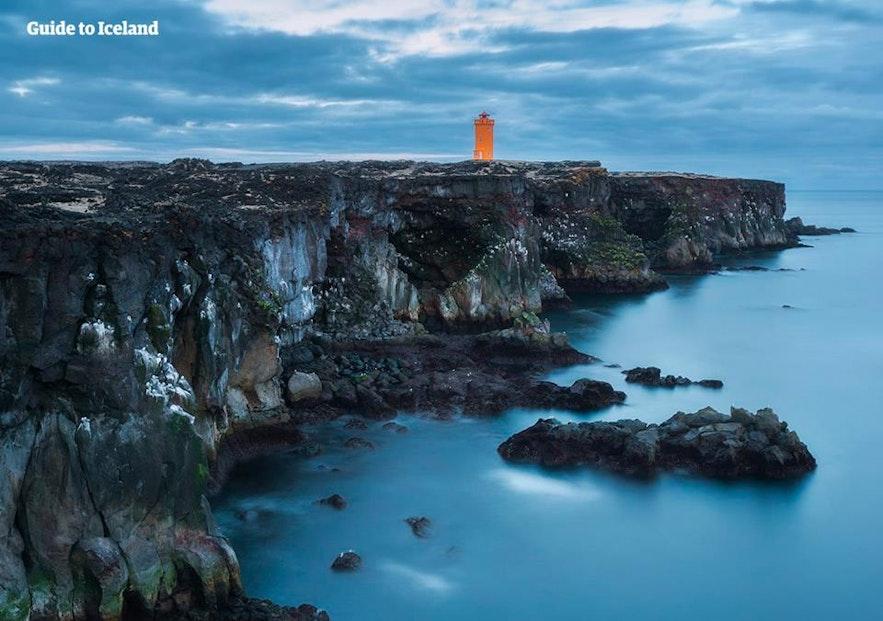 Klify Svortulöft i latarnia morska w zachodniej Islandii.