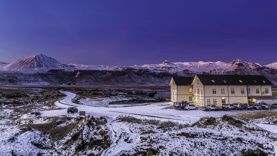 Zimowy widok na Hotel Búðir na półwyspie Snæfellsnes.
