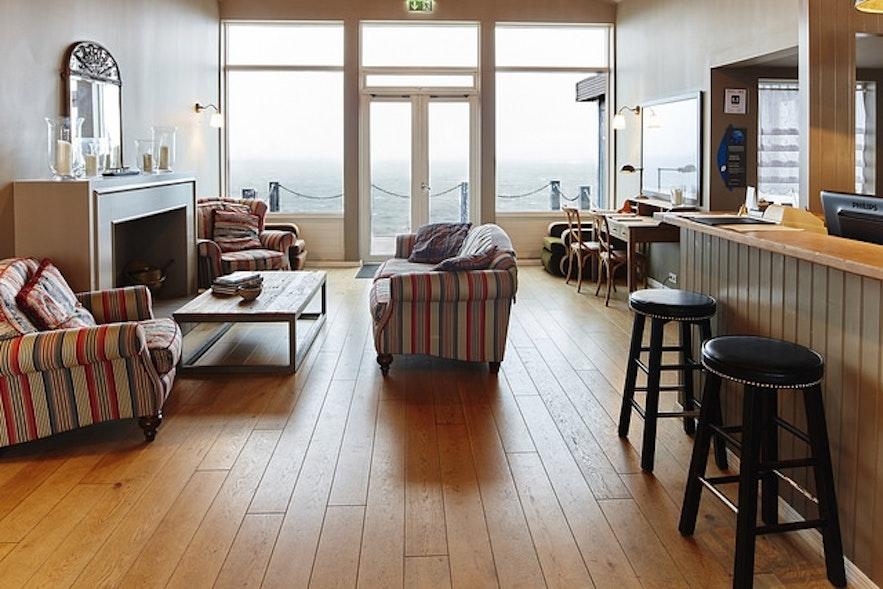 Przytulne lobby Hotelu Hellnar na półwyspie Snæfellsnes.