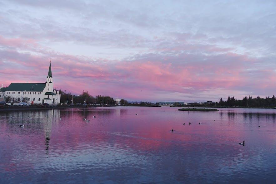Widok na jezioro w Reykjaviku, niedaleko ratusza