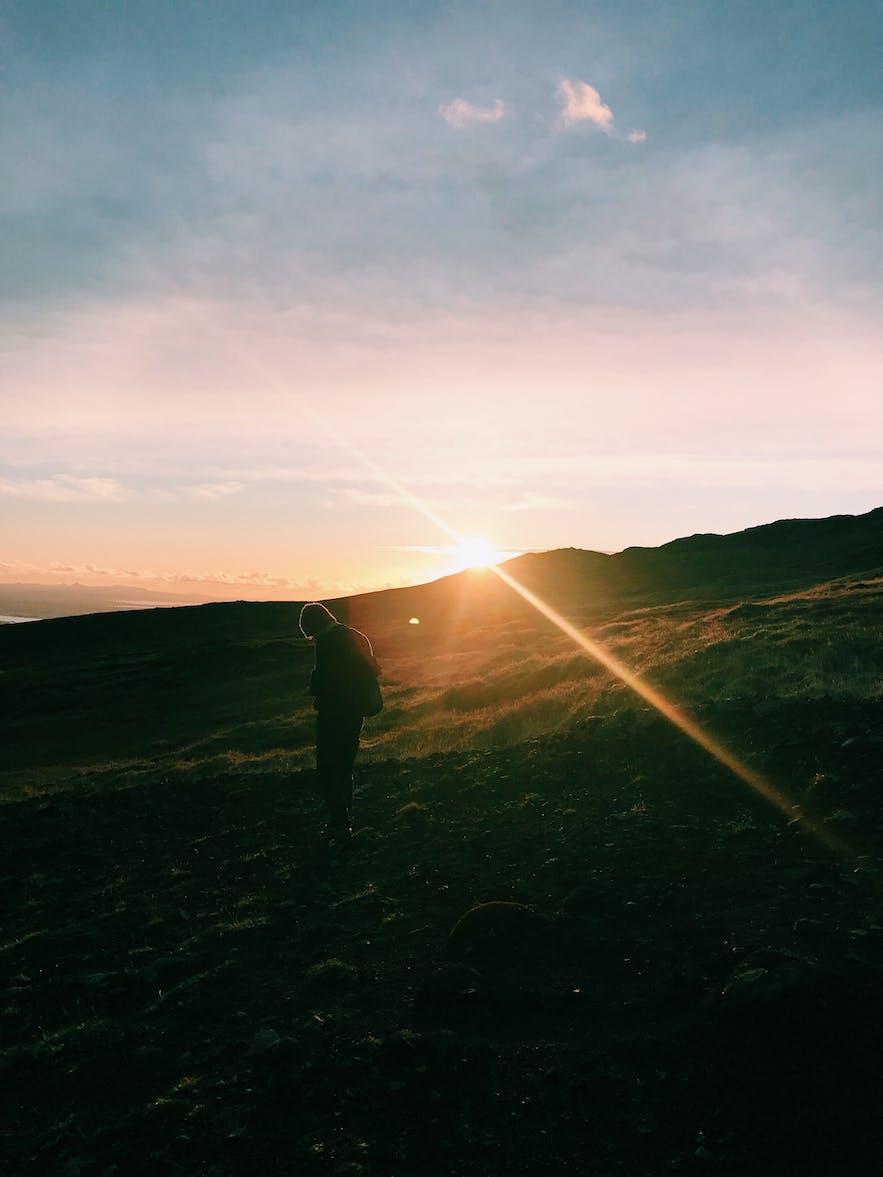 冰島逆光人像