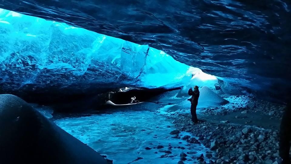 Observa la deslumbrante estructura azul en el glaciar Vatnajökull en un tour por la cueva de hielo.