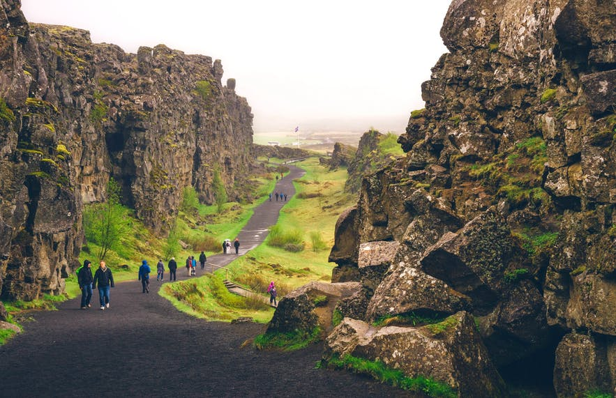 Die Almannagjá-Schlucht ist 7,7 Kilometer lang und ist mit Abstand eine der beeindruckendsten Besonderheiten des Parks.