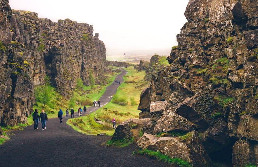 Turyści spacerujący po Thingvellir.