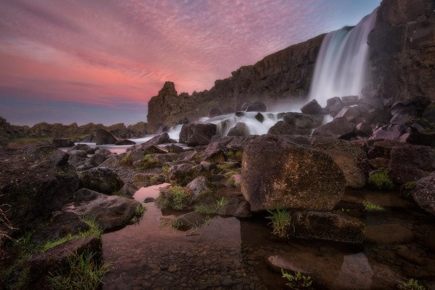 Wodospad Oxararfoss w Parku Narodowym Thingvellir.