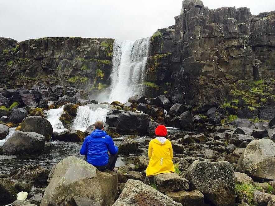 Turyści obserwujący wodospad na Islandii.