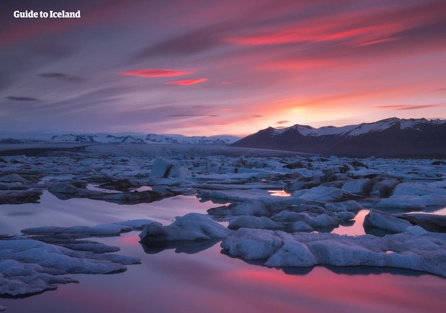 Różowy zachód słońca nad laguną lodowcową Jokulsarlon.