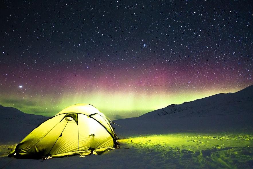 Zorza polarna nad kempingiem na Islandii.