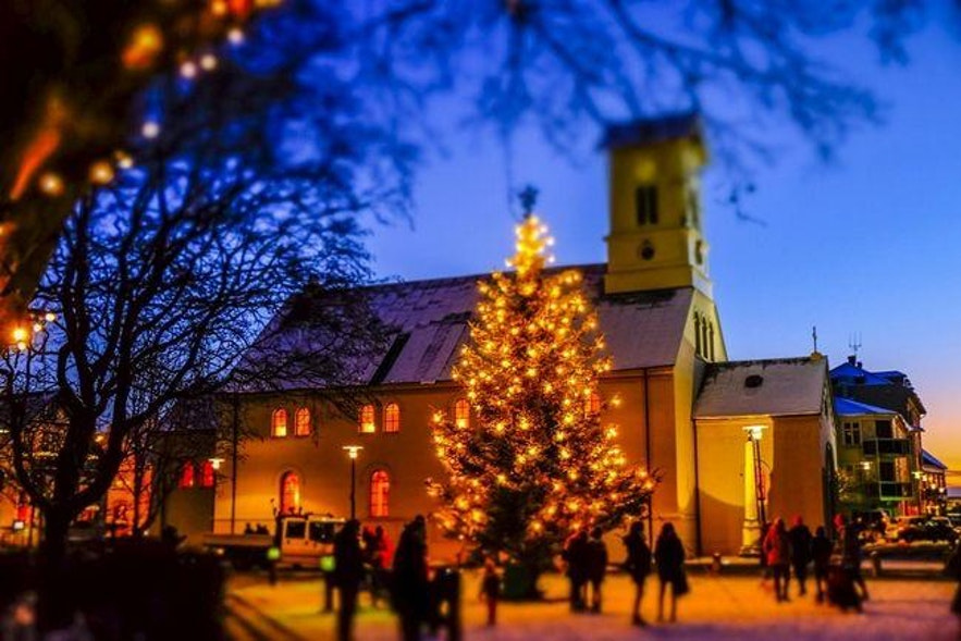 Iglesia Dómkirkjan en el centro de Reikiavik durante Navidad