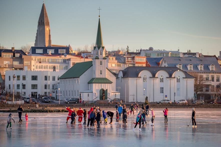 Jazda na łyżwach po zamarzniętym jeziorze w Reykjaviku.
