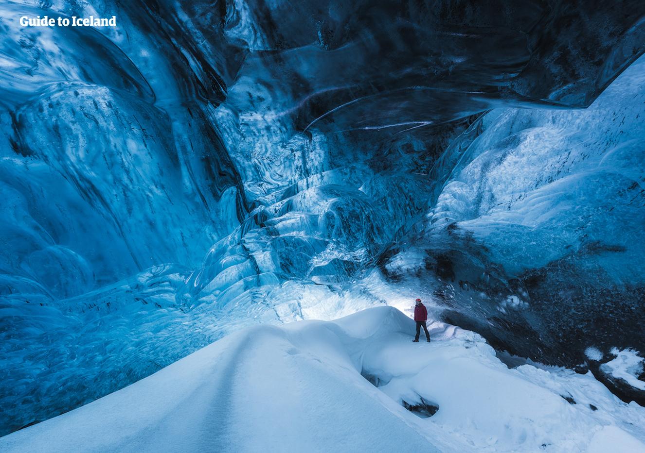 瓦特纳冰川中的蓝冰洞仿如纯净异世。