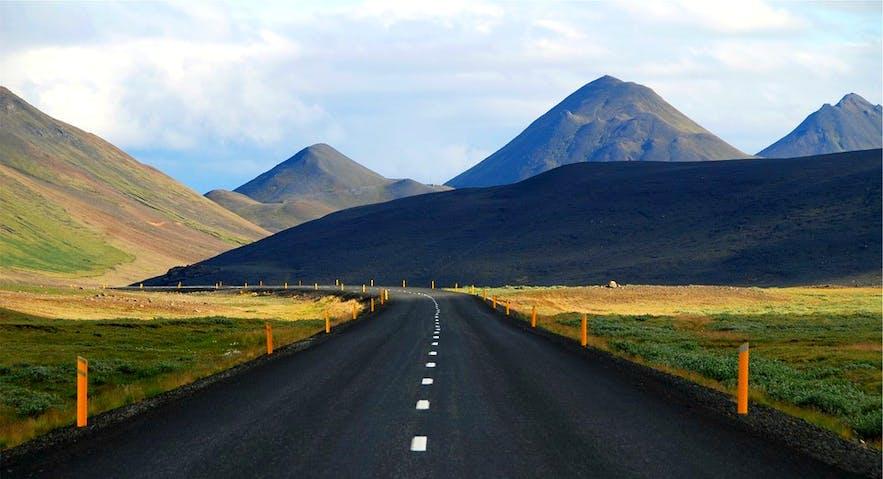 Droga na Islandii w otoczeniu przepięknych krajobrazów
