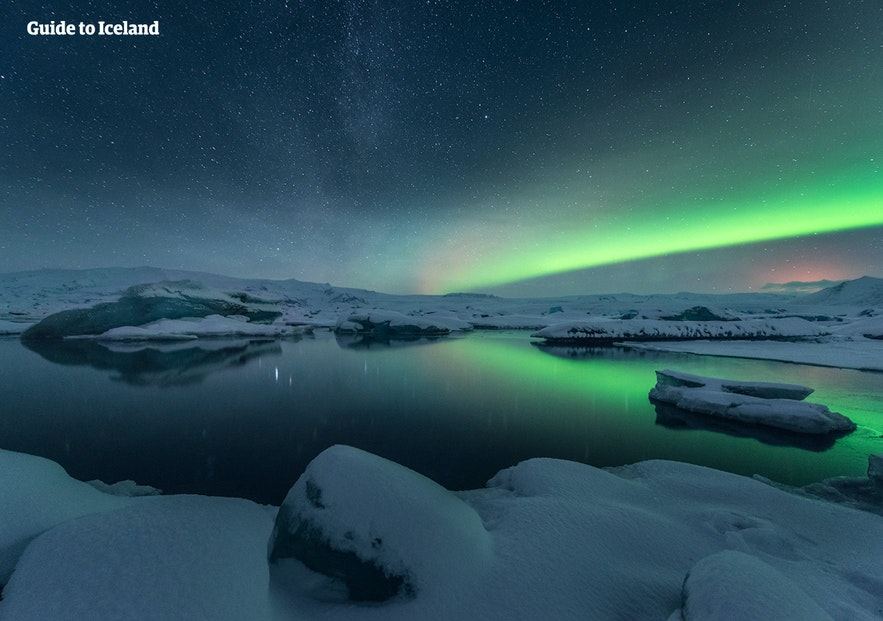 Zorza polarna nad laguną lodowcową, południowy-wschód Islandii