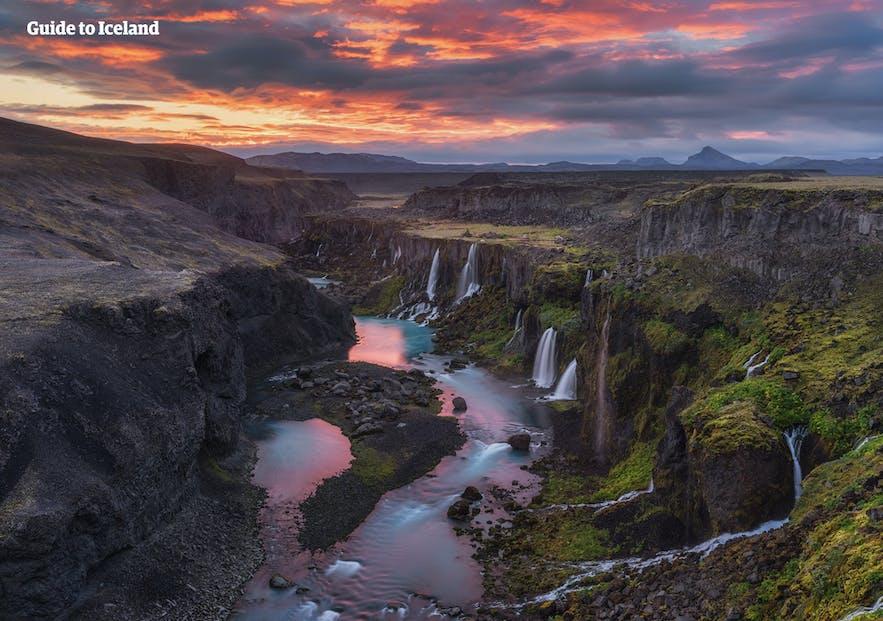 Islandzkie wodospady w trakcie białych nocy