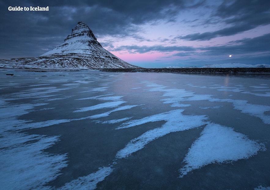 De berg Kirkjufell ligt op maar een paar uur rijden van Reykjavík voor degenen die IJsland per auto verkennen.