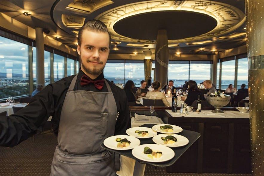 Ein Kellner im Radisson Blu Saga Hotel