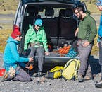 氷河ハイキングを開始する前、アイゼンの付け方の説明もある