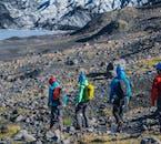On randonne d'abord sur de la terre pour rejoindre la langue glaciaire