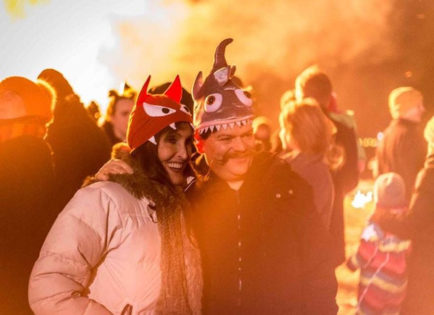 Исландцы у костра на праздновании Нового года.
