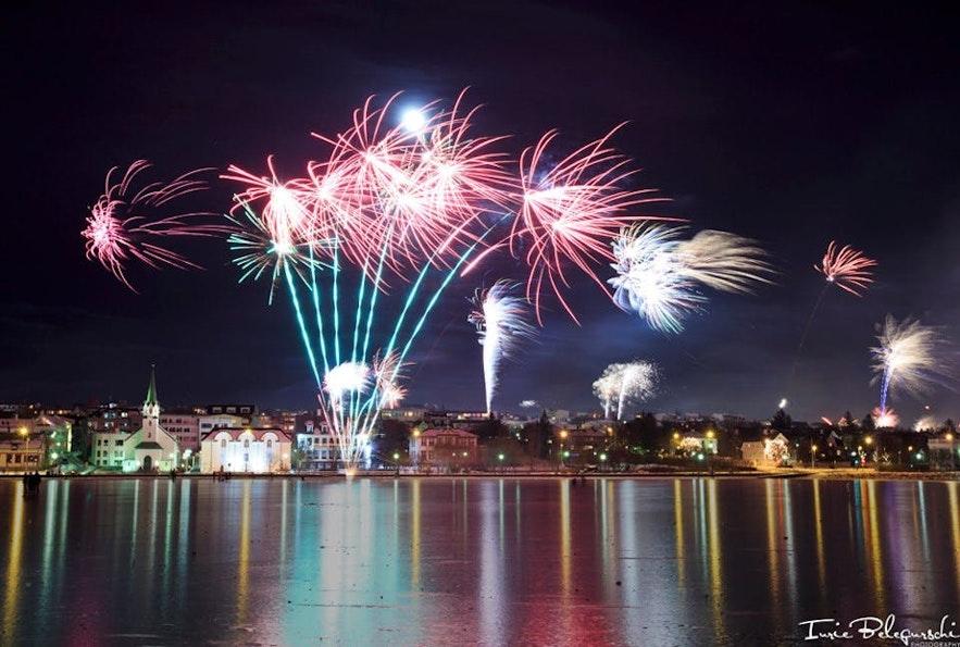 Uitzicht op het vuurwerk van Reykjavík op oudejaarsavond bij Tjörnin