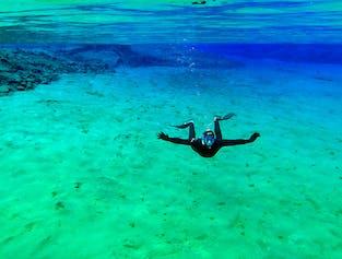 Snorkelling (pianka) w szczelinie Silfra
