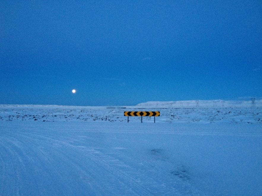 12月のアイスランド、月と雪景色が綺麗