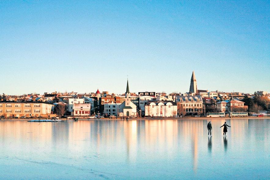 Зимой на озере Тьорнин в Рейкьявике можно кататься на коньках