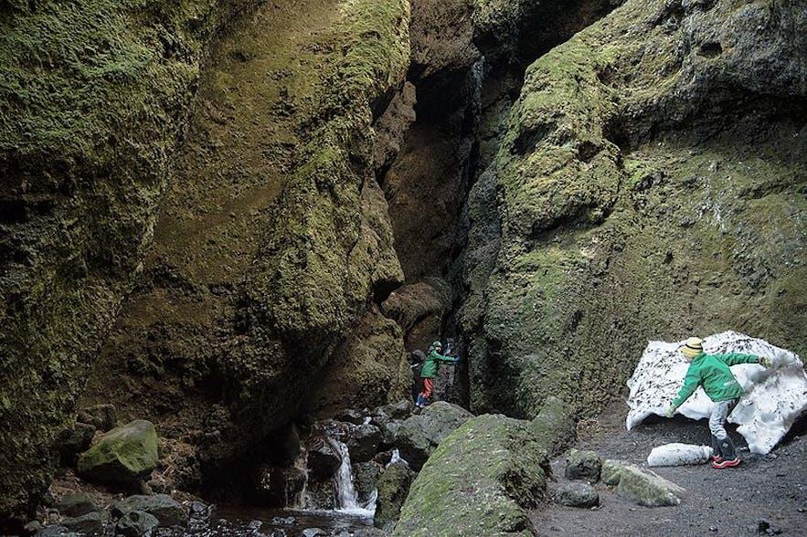 游客可以攀登进入Rauðfeldsgjá峡谷内部参观,领略冰岛斯奈山半岛的地质胜景