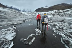 800px-Hiking_the_Skaftafellsjökull.jpg