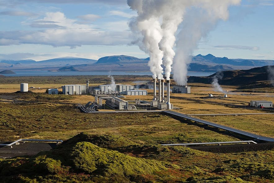 奈斯亚威里尔地热发电厂位于冰岛西南部