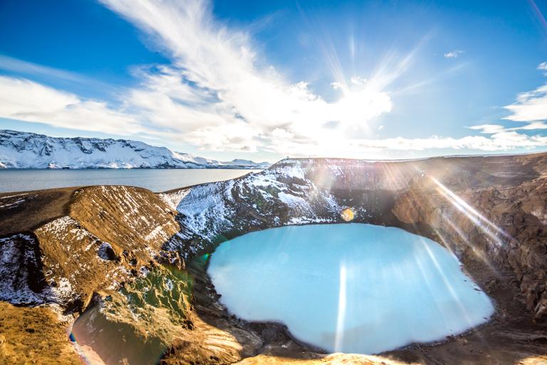 北アイスランドの美しいアスキャのカルデラ湖を訪れるツアー