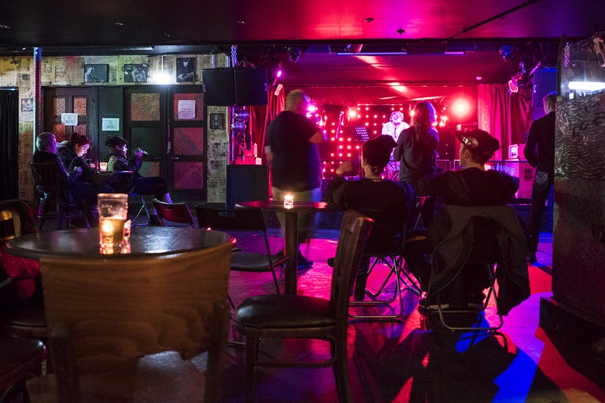 Besucher und DJ Dada Pogrom zur Goth Night in der Music Bar / Club GAUKURINN in Reykjavik