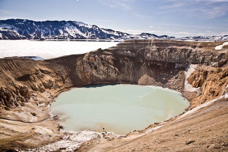 ทะเลสาบภูเขาไฟอาซค์จาที่อยู่ด้านหลัง, และทะเลสาบที่มีขนาดเล็กกว่าที่ชื่อว่าวิไตในที่ราบสูงของประเทศไอซ์แลนด์.