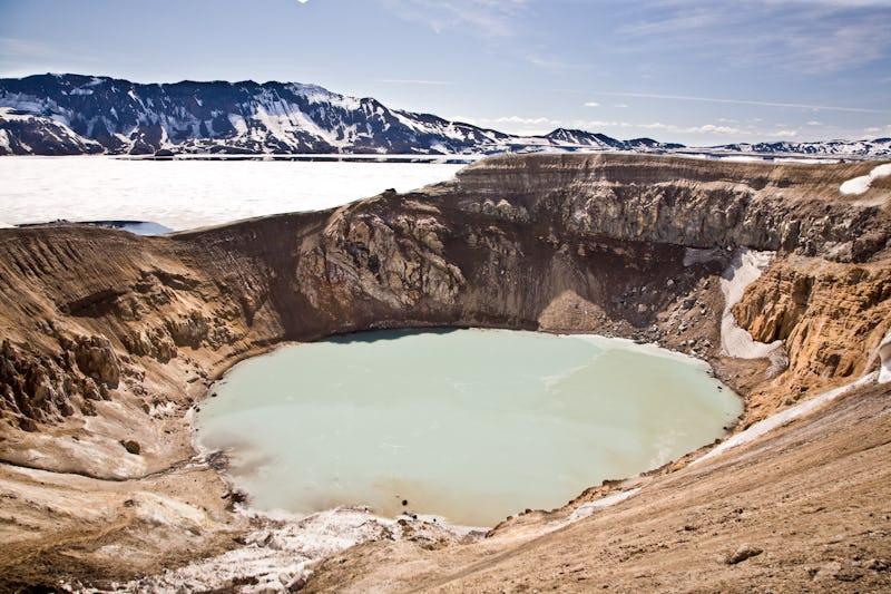 L'Askja possède un lac de cratère de couleur laiteuse, qui contraste de façon saisissante avec les collines rouges du volcan.