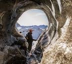 Le entrate della grotta di ghiaccio di Katla possono bloccarsi con la neve, ma la guida dovrebbe essere in grado di scavare una via d'accesso.