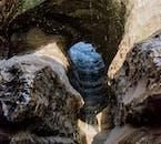 ミルダルスヨークトル氷河にできる黒い氷の洞窟は夏にも訪れることができる