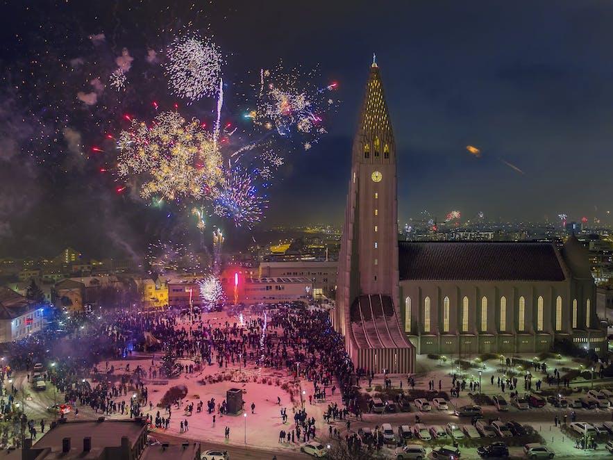 feu d'artifice à Harpa à Reykjavik le soir du nouvel an