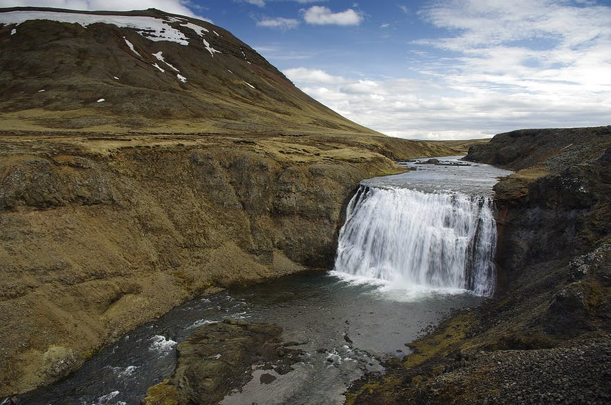 Þórufoss is a beautiful waterfall that is situated close to Þingvallavatn lake.