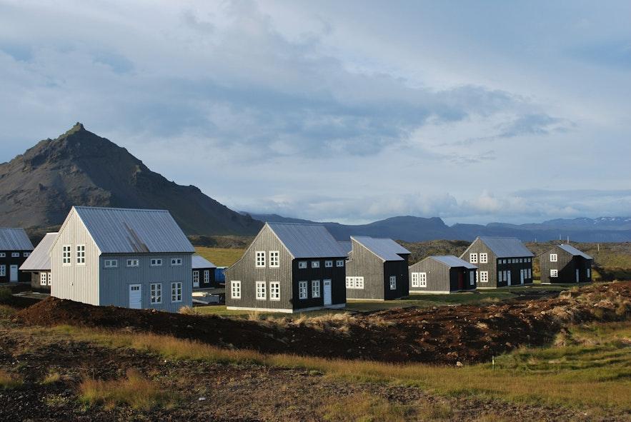 Sesuai keperluan, ada beberapa macam akomodasi yang bisa digunakan di Islandia