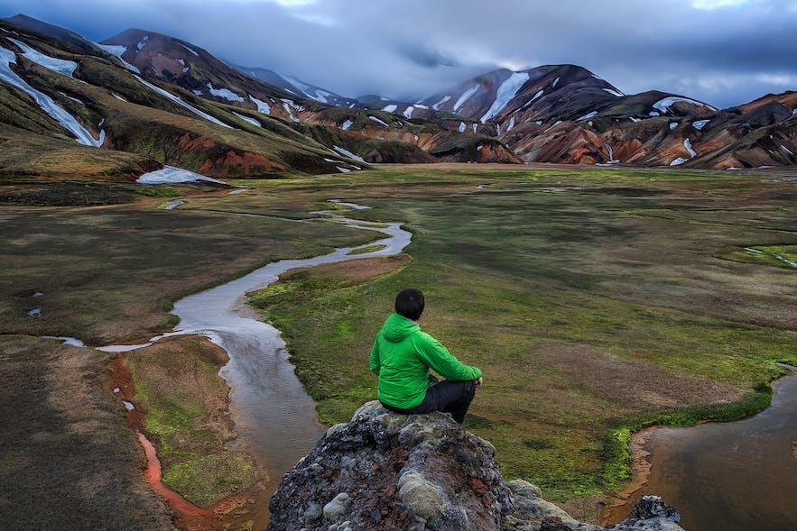カラフルな山肌と残雪のコントラストも面白いランドマンナロイガル