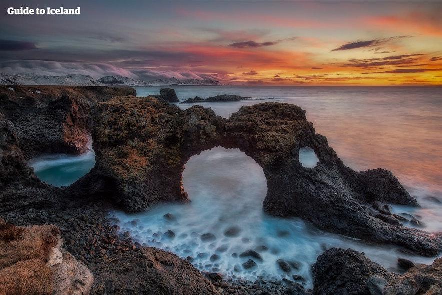 Der Gatklettur-Felsen ist auf einer Wanderung zwischen Arnarstapi und Hellnar in Island zu sehen.