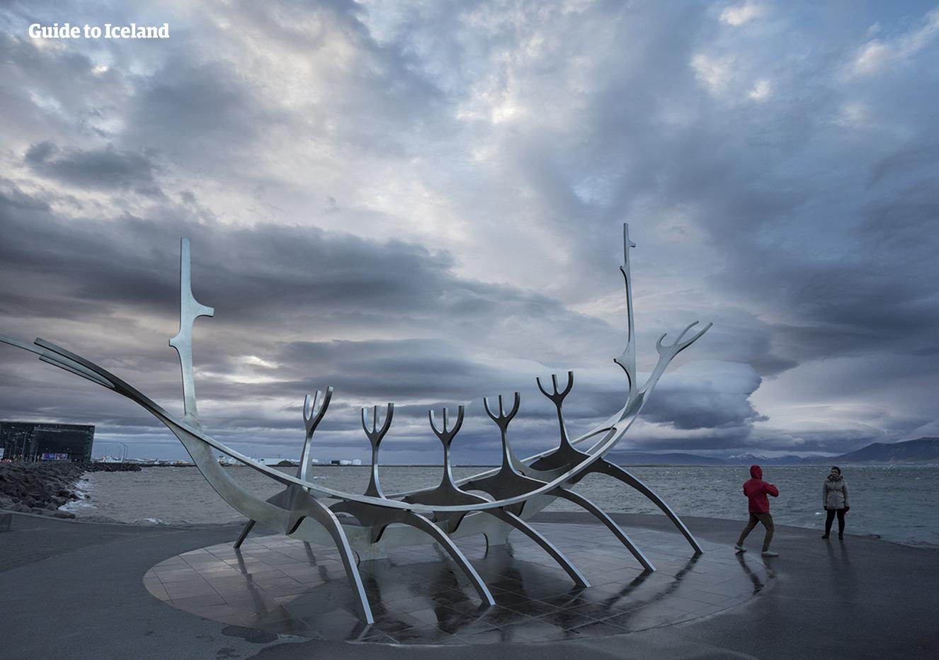レイキャビクの人気な芸術品、ソゥルファリズから海と山を見渡す景色が楽しめる