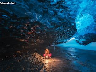 At udforske en naturlig isgrotte er en unik oplevelse, der kun er mulig mellem november og marts.