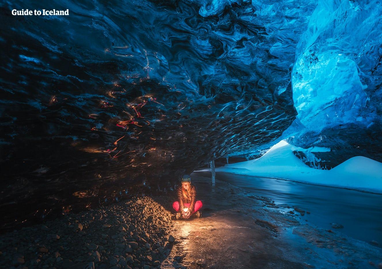 Explorar una cueva de hielo natural es una experiencia única que solo está disponible entre noviembre y marzo.