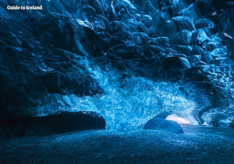 바트나요굴 국립공원의 얼음동굴의 환상적인 푸른빛.