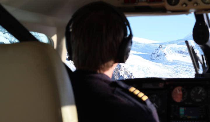 参加冰岛小飞机旅行团可以乘飞机俯瞰冰岛高地地区以及格里姆火山Grímsvötn爆发遗址